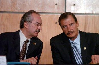 MEXICO D.F. 9 DE JUNIO DEL 2005. EL PRESIDENTE DE LA REPUBLICA, VICENTE FOX QUESADA, DIALOGA CON EL SECRETARIO DE HACIENDA, FRANCISCO GIL DIAZ, AL  ENCABEZAR ESTA MAÑANA, LA INAGURACION DEL FORO DE NEGOCIOS MEXICO-CHINA, EN EL CENTRO DE CAPACITACION Y DE NEGOCIOS EN COMERCIO INTERNACIONAL DE BANCOMEX. FOTO GUSTAVO BENITEZ