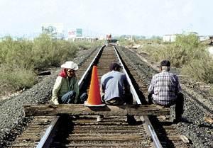 BLOQUEO CAMPESINOS BLOQUEN SIN TERMOR A SER ARROLLADOS POR EL TREN FOTO EL MEXICANO