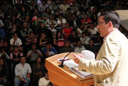 El periodista de la revista Proceso y el auditorio universitario en Hidalgo (Foto: Cortesía).