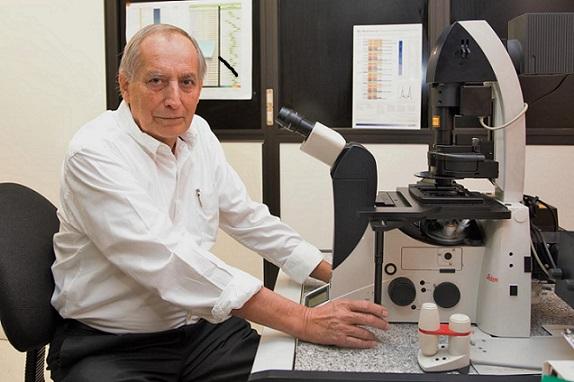 El doctor Enrique Pedernera Astegiano, miembro de la Academia Mexicana de Ciencias, en su laboratorio en la Facultad de Medicina de la UNAM (Foto: Elizabeth Ruiz Jaimes/AMC).