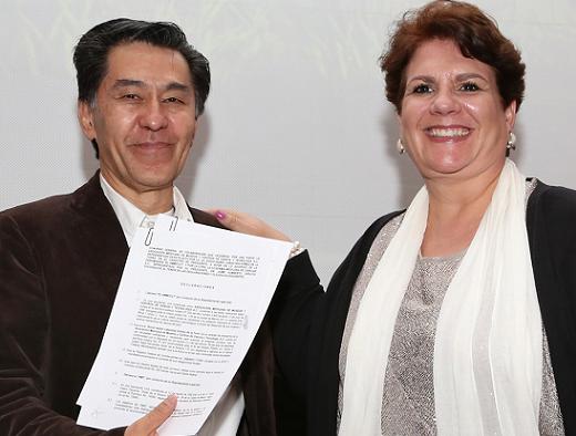 Los presidentes de la AMC y de la AMMCCYT, Jaime Urrutia Fucugauchi y Rocío Labastida Gómez de la Torre, respectivamente, en la firma de dos convenios de colaboración entre ambas organizaciones (Foto: Elizabeth Ruiz Jaimes/AMC).