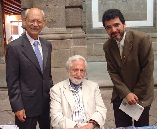 Los doctores Alfonso Romo de Vivar, Carl Djerassi y Guillermo Delgado, durante el Congreso Mexicano de Química que se realizó en el 2006 en el Palacio de Minería (Foto: Cortesía del investigador Guillermo Delgado)