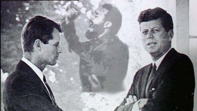 Los hermanos Robert y John Kennedy, captados en la Casa Blanca en los días de tensión con Cuba y su líder Fidel Castro (Foto: internet).