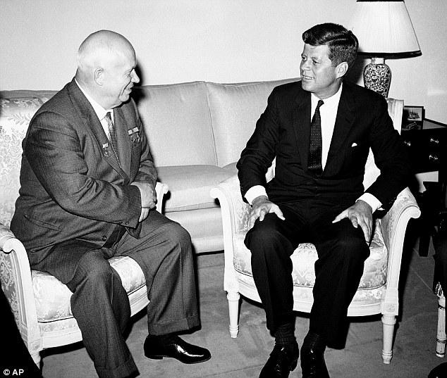 """En plena Guerra Fría, el primer ministro soviético Nikita Krushchev y el presidente John F Kennedy en una reunión celebrada en Viena el 3 de junio de 1961, meses antes de la """"crisis de los misiles"""" en Cuba (Foto: Internet)"""