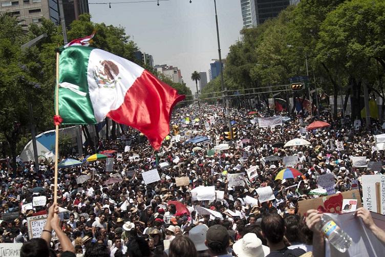 MANIFESTACION BANDERA MEXICO