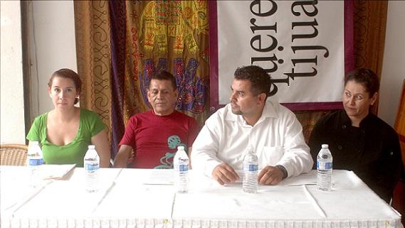 Max Mejía, con playera roja, en un acto de promoción del Quinto Festival Multi Arte de Tijuana 8Foto: internet).