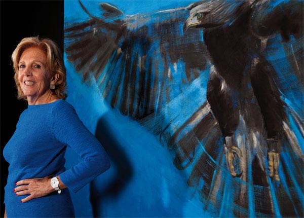 """La artista con su cuadro """"El Aguila Real"""" (Foto: internet)"""