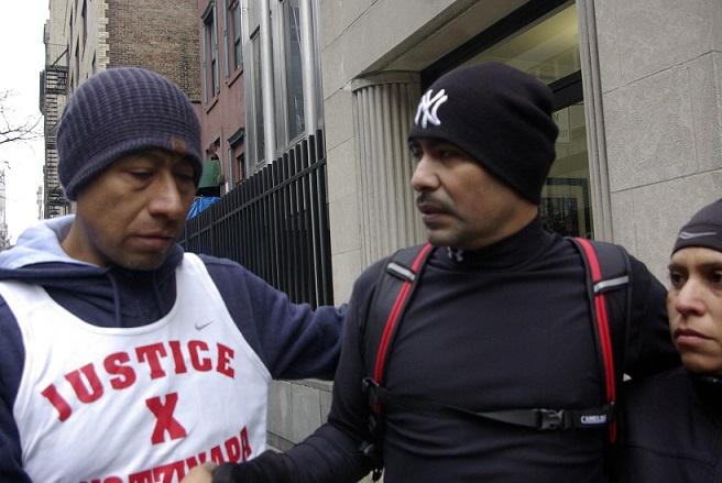 José Antonio Tizapa, padre de estudiante desaparecido (iazquierda), y el maratonista Miguel Castro, corren en honor de Ayotzinapa en Nueva York (Foto: Francisco Ramirez).