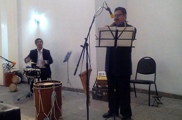 """Dos de los integrantes del grupo musical """"Sentimientos del Norte"""", en la noche de presentación del disco  #Música de antaño"""" (Foto: Página 8)."""