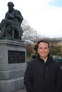 El especialista en cosmología clásica y cuántica Luis Arturo Ureña López, ganador del Premio de Investigación de la Academia Mexicana de Ciencias en el área de ciencias exactas, correspondiente al 2014 (Foto: Cortesía del investigador).