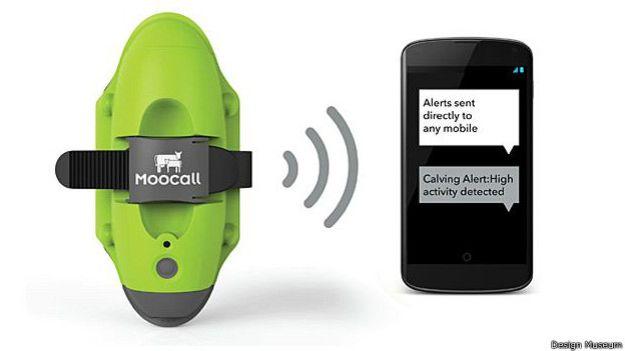 Tienes una vaca preñada? ¿Quieres saber cuándo empieza el trabajo de parto? La misión del Moocall, un aparato de color verde brillante, es ayudarte. El clip con sensores se pone en la cola del animal y alerta a los agricultores por mensaje de texto.