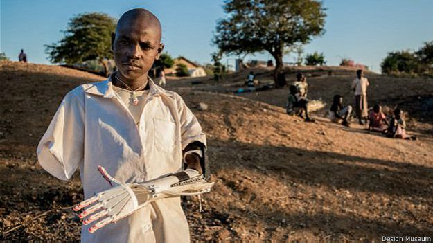 El Daniel Project es el primer laboratorio de impresión de prótesis del mundo. Su fundador, Mick Ebeling, rastreó al adolescente sudanés Daniel Omar, quien perdió sus dos brazos cuando una bomba estalló mientras él estaba cuidando el ganado. Ya hay dos impresoras 3D en el hospital local para que más personas puedan recibir extremidades artificiales a costo de alrededor de US$100.