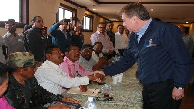"""En los escasos 20 minutos que se """"reunió"""" con los voceros de los jornaleros agrícolas en San Quintín,  Vega sufrió hasta para """"sacarse la foto"""" con ellos y que le estrecharan la mano (Foto: Archivo)"""