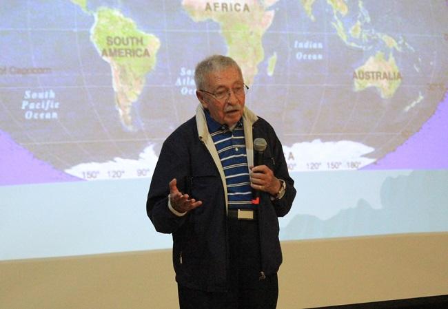 El investigador Juan Luis Cifuentes Lemus ofreció una plática sobre su tema de especialidad, la biología marina, a maestros de primaria y secundaria que cursan el diplomado La Ciencia en tu Escuela, en el marco de las pláticas que organiza Domingos en la Ciencia, ambos programas de la Academia Mexicana de Ciencias (Foto: Alejandra Monsiváis Molina/AMC).