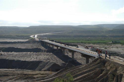 La construcción de la presa incluso beneficiará el puente de la carretera transpeninsular en el arroyo Santo Domingo, aquí en reconstrucción luego de que las lluvias invernales y la crecida del cause pluvial casí lo destrozaron (Foto: internet).