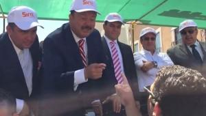 El gobernador de Chihuahua en el momento que responde al secretario de comunicación social de MORENA-Chihuahua, Marcelino Gómez Bremes, a quien luego guardaespaldas de Duarte  y policías golpearon por haber increpado públicamente al mandatario (Foto: internet)