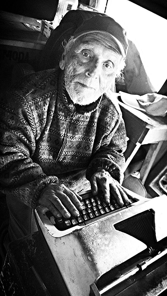 Don José, inmerso en un mundo con afectuosos brazos que nos llevan al reencuentro con el ingenio humano (Foto: Néstor Cruz Tijerina).