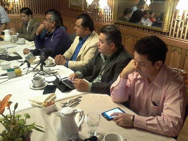 El licenciado David Rodríguez (segundo de derecha a izquierda) durante su participación en el grupo Foro de Ensenada (Fotos: Néstor Cruz Tijerina).