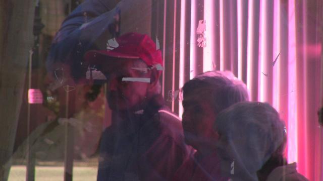 Personas de la tercera edad que salieron ilesos del incemdio, esperan noticias de sus amigos en un albergue temporal de Mexicali (Foto: Cactus News).