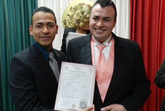 Eduardo Piñón y Julio Salazar, primer matrimonio homosexual en ciudad Juárez (Foto: El  Independiente).
