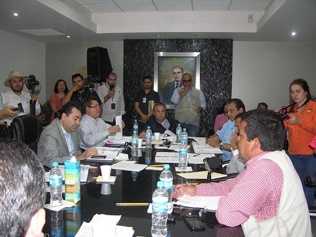 Los integrantes de la Comisión de Gobernación, Legislación y Puntos Constitucionales del Congreso de BC, discutiendo cómo bloquear la iniciativa ciudadana para transparentar la publicidad institucional en Baja California (Foto: Congreso de BC).