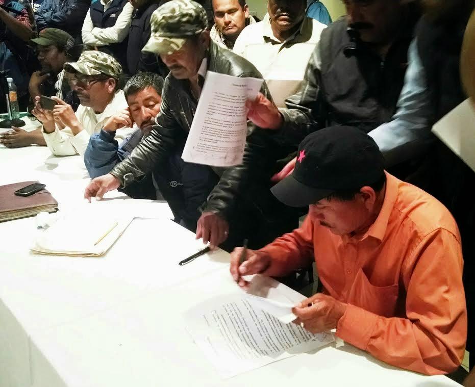 Justino Herrera (de pie y con gorra) fue el único de los voceros de la Alianza que no firmó la manipulada minuta. Hoy sus com´pañeros se unen para revertir el agravio de gobierno y patrones (Foto: Daniel León).