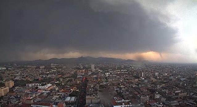 Imagen del tornado registrado en el zócalo de la Ciudad de México el 1 de junio de 2012, alcanzó una velocidad de 217 kilómetros por hora en su punto más alto (Foto: WebcamsdeMéxico.