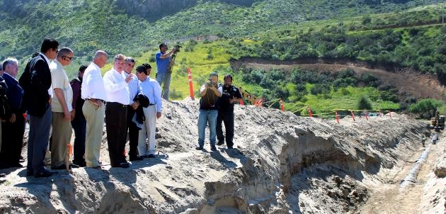 Francisco Vega al poner en marcha el acueducto inverso (Foto: Archivo).