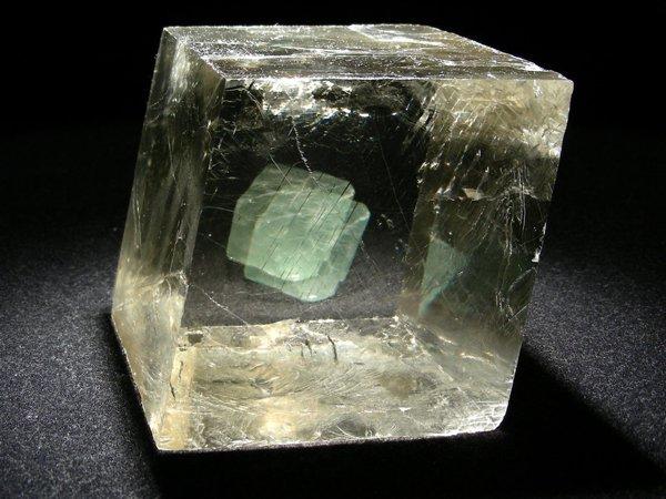 El espato de Islandia es una variedad de calcita, un mineral muy transparente con el cual se puede observar a simple vista el fenómeno de la doble refracción o birrefringencia, una manifestación de la anisotropía de los minerales(.Foto: internet.)