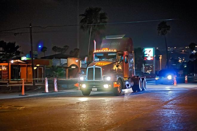 Camión circulando sobre parte del bulevar costero rehabilitado de Ensenada (Foto: Edgar Lima / La Jornada BC)