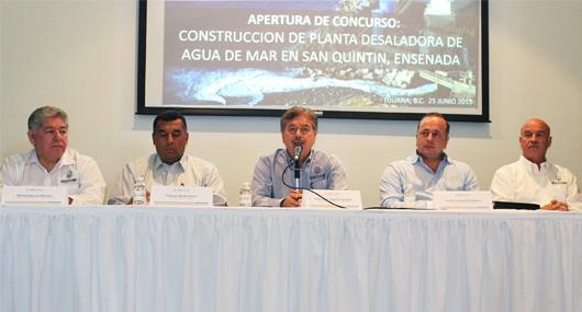 Francisco Vega y parte de su gabinete, en el anuncio oficial del arranque del proyecto desalinizador para San Quintín (Foto: Cortesía).
