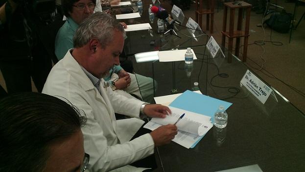 El doctor Trejo Dozal en la firma del acta protocolaria del comié de ética biomédica