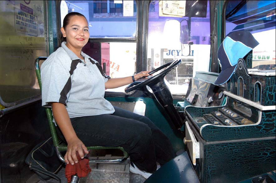 MUJER CONDUCE CAMION