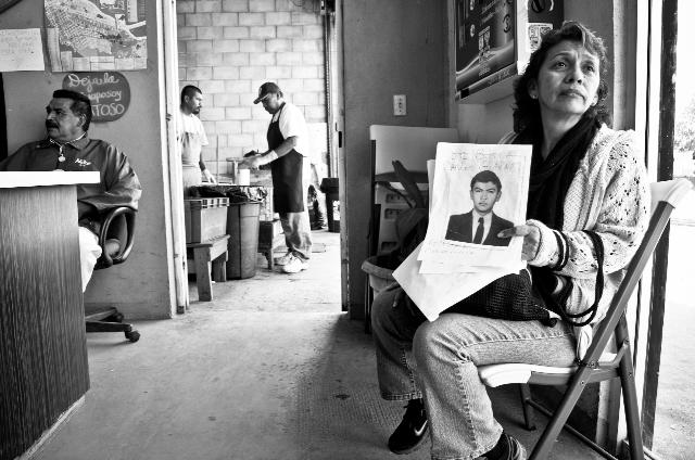 Una madre del Estado de México busca a su hijo desaparecido en Tijuana. Aquí descansa un momento en el comedor salesiano del Padre Chava, donde cientos de migrantes acuden cada mañana a recibir ayuda