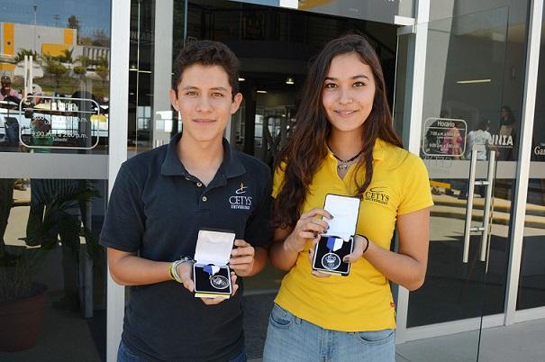 En la ceremonia se entregaron por primera vez en la historia de CETYS dos medallas de honor, recibidas por los alumnos Mariel Galarza Tovar y Paule Vázquez Badillo (Fotos: Cortesía CETYS).