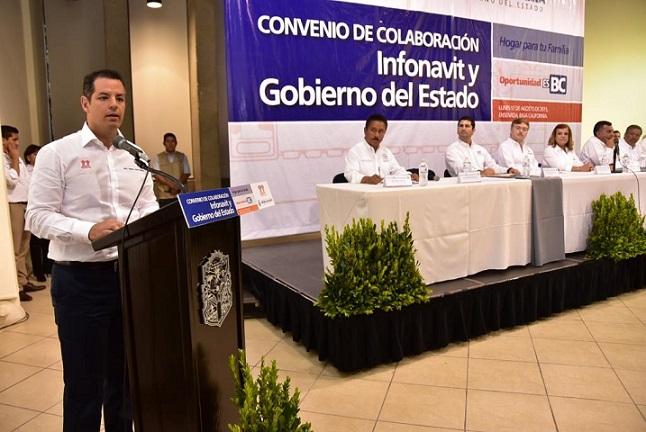 El director general del INFONAVIT, al dar pormenores del convenio de la institución con el gobierno de Baja California (Foto: Cortesía Ayuntamiento de Ensenada).