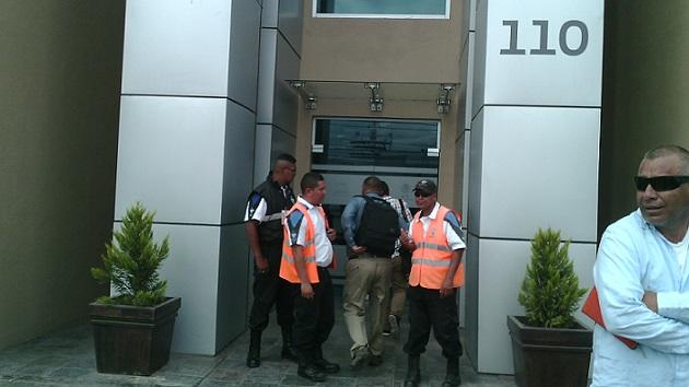 Los guardianes del orden y en el extremo derecho, Carlos Haffen, a quien ahora tampoco dejaron entrar a la reunión.