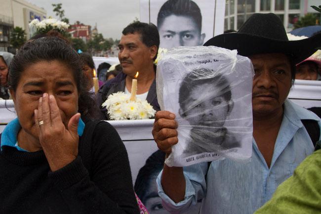 MÉXICO, D.F., 19OCTUBRE2014.- Familiares y amigos, así como estudiantes, acudieron a Basílica de Guadalupe donde se ofició una misa por los 43 estudiantes desaparecidos de la normal rural de Ayotzinapa, Guerrero. FOTO: IVÁN STEPHENS /CUARTOSCURO.COM