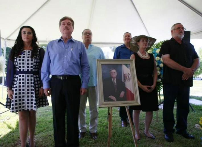Francisco Vega, ya gobernador, en la ceremonia-homenaje a su benefactor político y económico Héctor Terán Terán (Foto: Periódico Frontera).