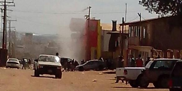 Momento en que el Mercado El Reloj, de Camalú, es asaltado por una turba el 17 de marzo (Foto: Revista Campestre).