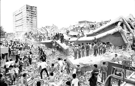 G17091076. JPG MÉXICO, D.F. Aniversario-Sismo-1985.- Edificaciones que tenían entre 5 y 21 pisos no resistieron los movimientos oscilatorios aquella mañana del 19 de septiembre de 1985. en la imagen, el edificio Nuevo León en Tlatelolco. RML. Foto: Archivo Agencia EL UNIVERSAL