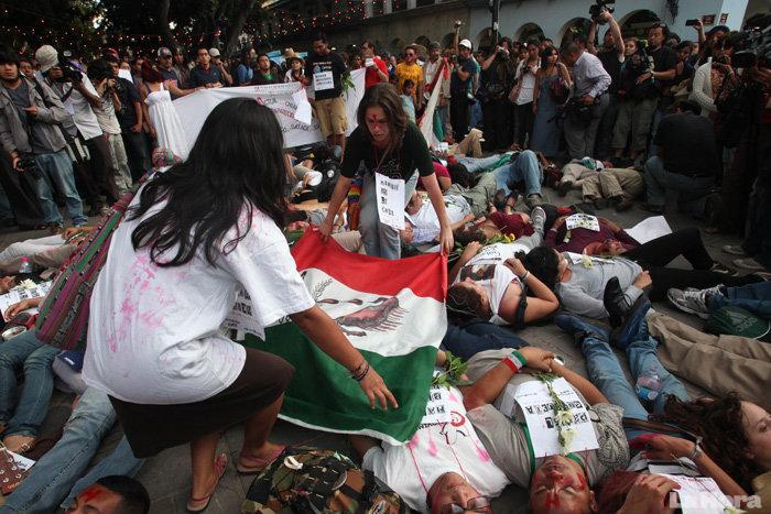 MUERTOS ESCENIFICACION BANDERA MEXICO