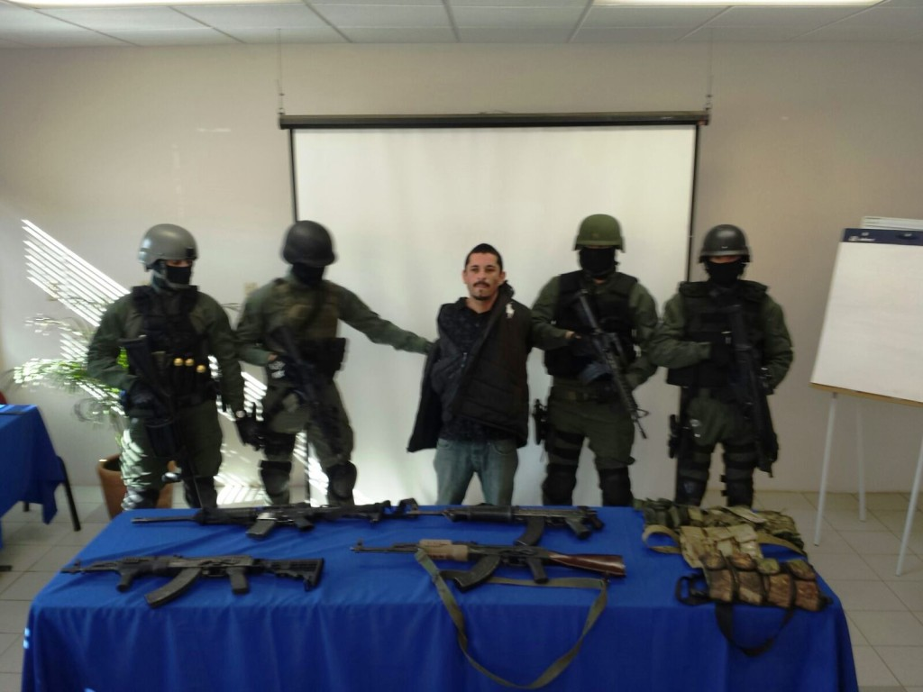 El sospechoso y las armas que presuntamente le fueron decomizadas (PGJE).