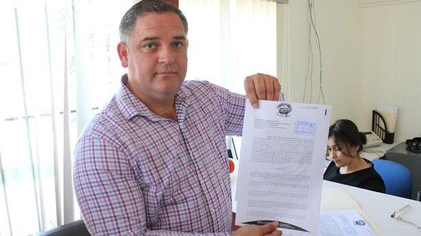 El síndico social con la denuncia por presunto peculado que formalizó en la Sindicatura (Foto: Uniradio).