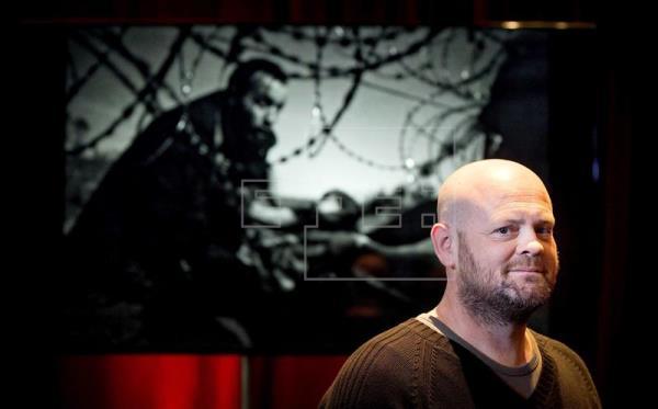 El fotógrafo australiano Warren Richardson sonríe tras conocer que ha sido galardonado con el World Press Photo 2016 en Amsterdam (Holanda) (Foto: Agencia EFE).