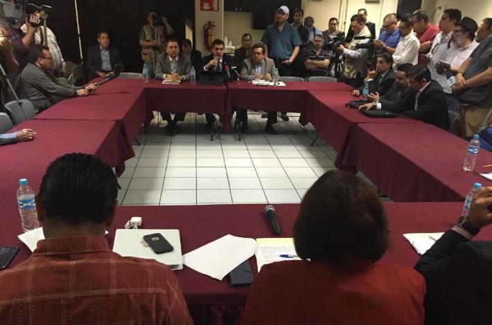 Los tres diputados de Baja California, al anunciar la petición hecha a la Suprema Corte de Justicia de la Nación para que emplace un juicio de controversia contra la pensión vitalicia de los magistrados del estado (Foto: La Crónica).