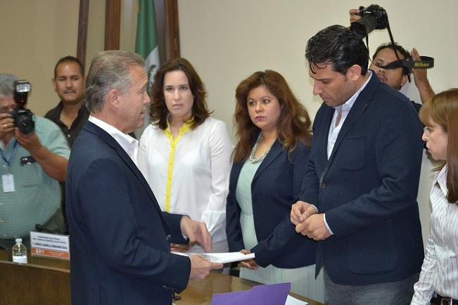El empresario Gastón Luken Garza recibe su registro como candidato independiente a Munícipe por Tijuana (Foto: IEEBC).