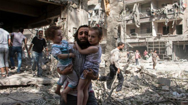 Las víctimas en el frente sirio de la guerra. El terror es la coalición de naciones occidentales y sus aliados en Medio Oriente (Foto: BBC Mundo).