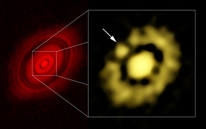 Del lado izquierdo la imagen obtenida con ALMA, que muestra la estructura de disco dividido por una serie de anillos separados por espacios intermedios. A la derecha, acercamiento hecho con los datos del VLA, el cual muestra la región central del disco; la flecha indica la posición de un bulto de gas y polvo que es considerado el inicio de la formación de un planeta. (Imagen: cortesía de Carrasco-González et al. y Bill Saxton, NRAO/AUI/NSF).