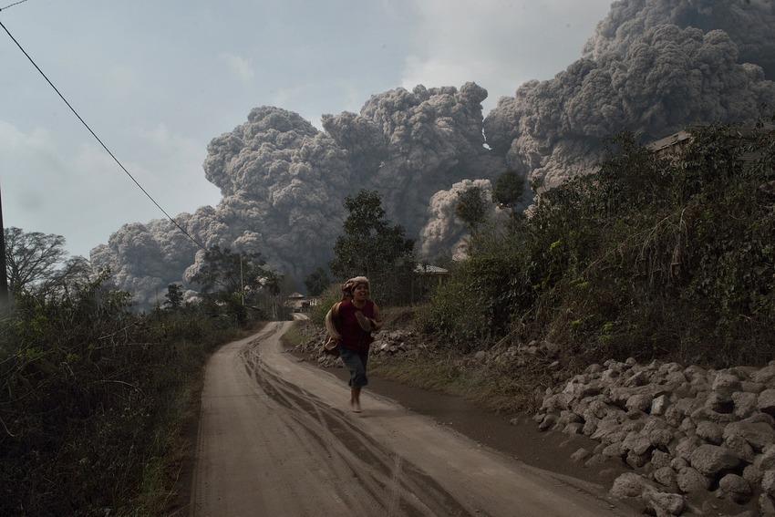 Un residente de Indonesia corre en busca de refugio ante los flujos piroclásticos de un volcán que hizo erupción en 2014 (Foto: Internet).